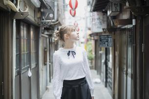 東京・渋谷の飲み屋街を歩く女性の写真素材 [FYI04876746]