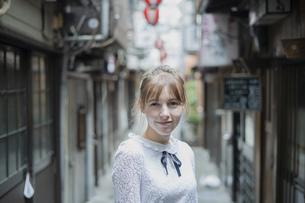 東京・渋谷の飲み屋街を歩く女性の写真素材 [FYI04876747]
