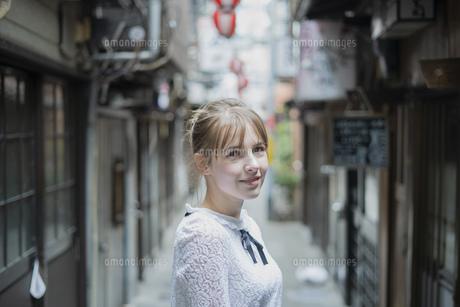 東京・渋谷の飲み屋街を歩く女性の写真素材 [FYI04876748]