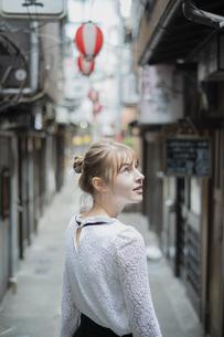 東京・渋谷の飲み屋街を歩く女性の写真素材 [FYI04876749]