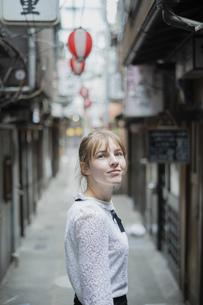 東京・渋谷の飲み屋街を歩く女性の写真素材 [FYI04876751]