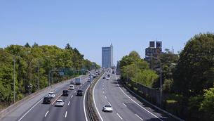 青空の下、東京都心に向かって伸びる東名高速道路(上り方向、東京IC、起点付近)の写真素材 [FYI04876907]