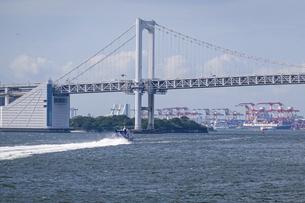 竹芝桟橋から伊豆諸島に向かって出航する高速船の写真素材 [FYI04876914]