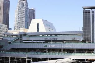 JR新宿駅とその向こうに見える新宿副都心のビル群の写真素材 [FYI04877038]