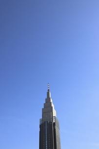 青空にそびえる新宿の象徴的なビルディングの写真素材 [FYI04877040]