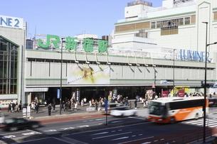 よく晴れた日のJR新宿駅前の写真素材 [FYI04877045]