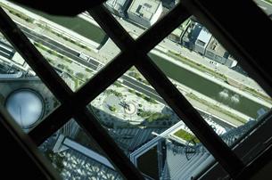 スカイツリー 展望デッキのガラス床の写真素材 [FYI04877216]