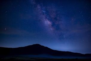 草千里ヶ浜の星空の写真素材 [FYI04877319]