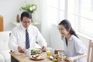 朝食をとる夫婦の写真素材 [FYI04877391]