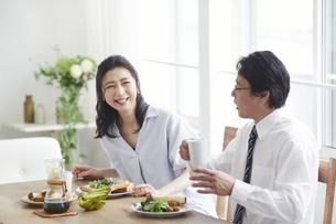 朝食をとる夫婦の写真素材 [FYI04877395]