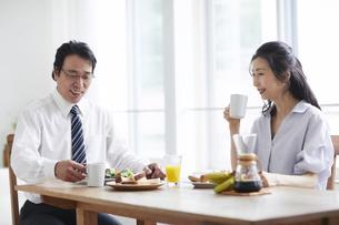 朝食をとる夫婦の写真素材 [FYI04877398]