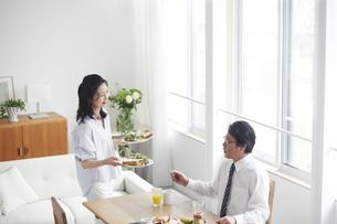 朝食の準備をする夫婦の写真素材 [FYI04877406]