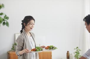 昼食の準備をする夫婦の写真素材 [FYI04877440]