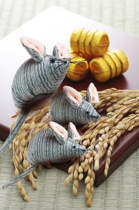 米俵とネズミの写真素材 [FYI04877536]