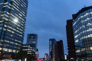 夜のビル街の写真素材 [FYI04877776]