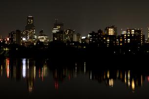 広瀬川に映る仙台市ビル街の夜景の写真素材 [FYI04877792]