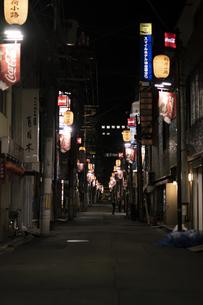 仙台市の街並み 夜の稲荷小路の写真素材 [FYI04877873]