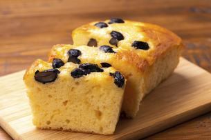 黒豆のパウンドケーキの写真素材 [FYI04878017]