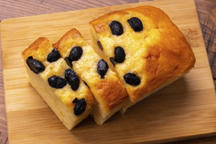 黒豆のパウンドケーキの写真素材 [FYI04878018]