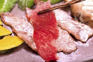 焼肉(黒毛和牛の霜降り牛バラ)の写真素材 [FYI04878041]
