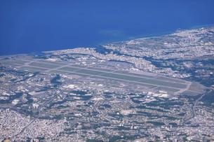 沖縄の嘉手納飛行場(嘉手納基地)を空撮の写真素材 [FYI04878057]