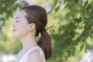 30代女性・スキンケア・ナチュラルイメージの写真素材 [FYI04878082]