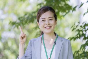 人差し指を立てるビジネスウーマンの写真素材 [FYI04878125]
