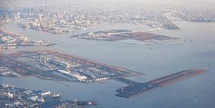 早朝の東京湾上空から羽田空港を一望の写真素材 [FYI04878129]