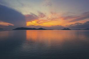 【香川県】空から見る夕方の瀬戸内海の自然風景 ドローン 空撮の写真素材 [FYI04878274]