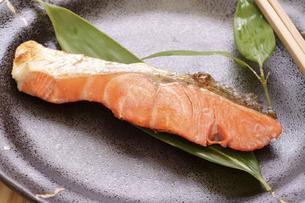 焼き魚(塩紅鮭)の写真素材 [FYI04878540]