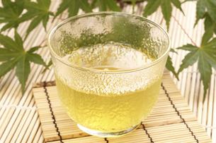 冷茶(抹茶入り玄米茶)の写真素材 [FYI04878560]