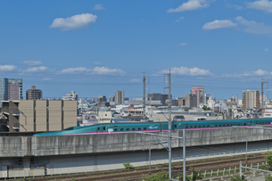 東京を走る東北新幹線E5系はやぶさの写真素材 [FYI04878607]