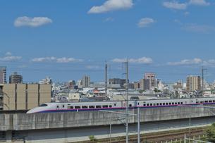 東京を走る東北新幹線E2系はやての写真素材 [FYI04878608]