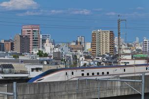 東京を走る北陸新幹線E7系かがやきの写真素材 [FYI04878609]