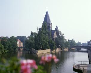 モーゼル川に浮かぶプロテスタント教会の写真素材 [FYI04878679]