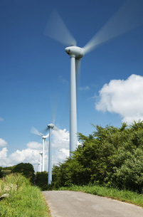 風力発電 風を受けて回る風車の写真素材 [FYI04878755]