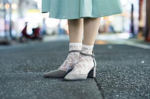 繁華街での女性の足元の写真素材 [FYI04878848]