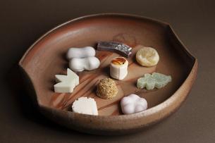 皿に盛った干菓子の写真素材 [FYI04878853]