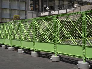 道路に設置されたフェンスの写真素材 [FYI04878914]