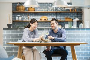 乾杯するカップル・夫婦の写真素材 [FYI04879037]