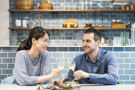 乾杯するカップル・夫婦の写真素材 [FYI04879038]