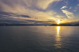 【香川県】空から見る夕方の海の風景 ドローン 空撮の写真素材 [FYI04879054]