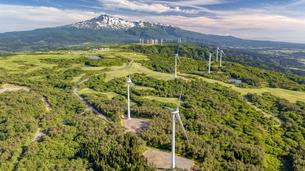鳥海山と風力発電の風車の写真素材 [FYI04879094]