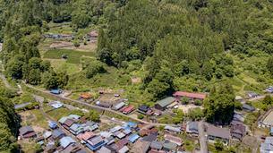 木造校舎の旧木沢小学校と街並みの写真素材 [FYI04879106]