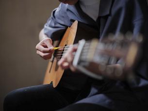 ギターを演奏する人の写真素材 [FYI04879129]