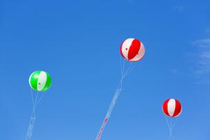 空に浮かぶアドバルーンの写真素材 [FYI04879211]