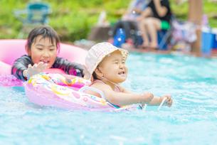 プールで遊ぶ子供の写真素材 [FYI04879620]