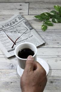 コーヒーを飲む男性 縦位置の写真素材 [FYI04879861]