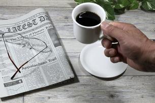 コーヒーを飲む男性の写真素材 [FYI04879862]
