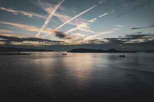 【香川県】空から見る夕方の瀬戸内海の自然風景 ドローン 空撮の写真素材 [FYI04879874]